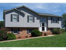 133 Cottonwood Dr, Yadkinville, NC 27055