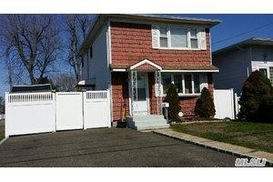 202 Riviera Pkwy, Lindenhurst, NY 11757