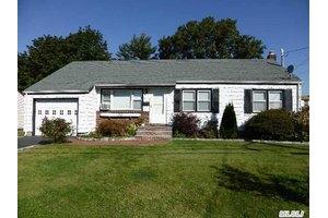 211 Cedar Ct, Copiague, NY 11726