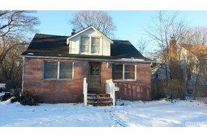 39 Roslyn St, Islip Terrace, NY 11752