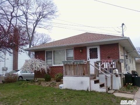 460 S 4th St, Lindenhurst, NY 11757