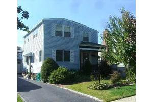 211 Venetian Blvd, Lindenhurst, NY 11757