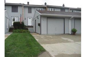 242 Pinewood Ln, Bloomingdale, IL 60108