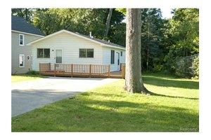 4049 Hazelett Dr, Waterford Township, MI 48328