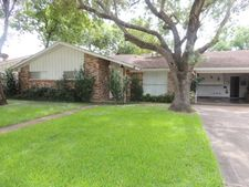 705 Willowick Dr, Port Lavaca, TX 77979