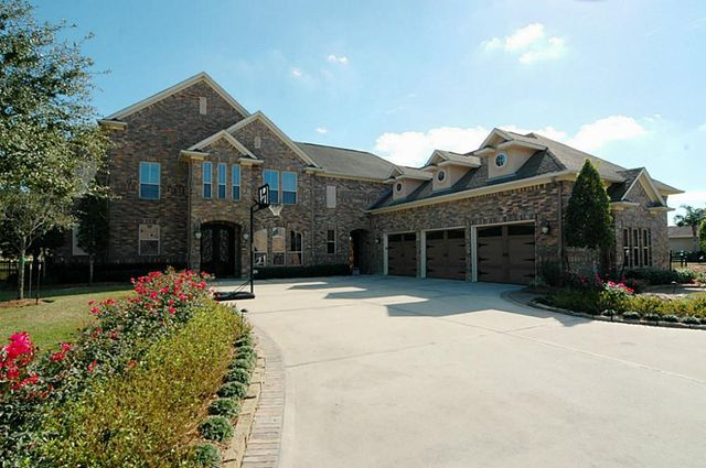 2619 Country Club Dr, Pearland, TX 77581