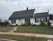 25 Bluebell Ln, Levittown, NY 11756