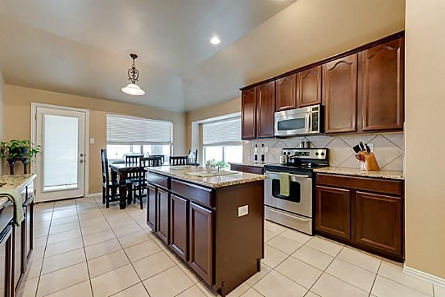 9029 morning meadow dr fort worth tx 76244 for Kitchen cabinets 76244