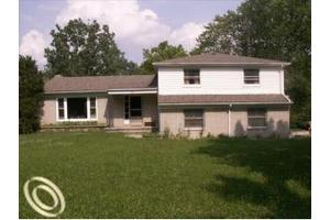 2100 Ostrum Dr, Waterford Twp, MI 48328