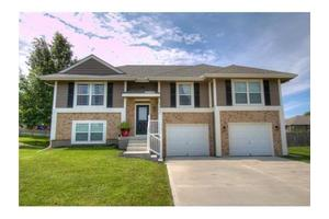 709 E 18th St, Kearney, MO 64060