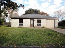 712 Betty St, Angleton, TX 77515
