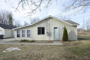 806 10th St, Plainwell, MI 49080