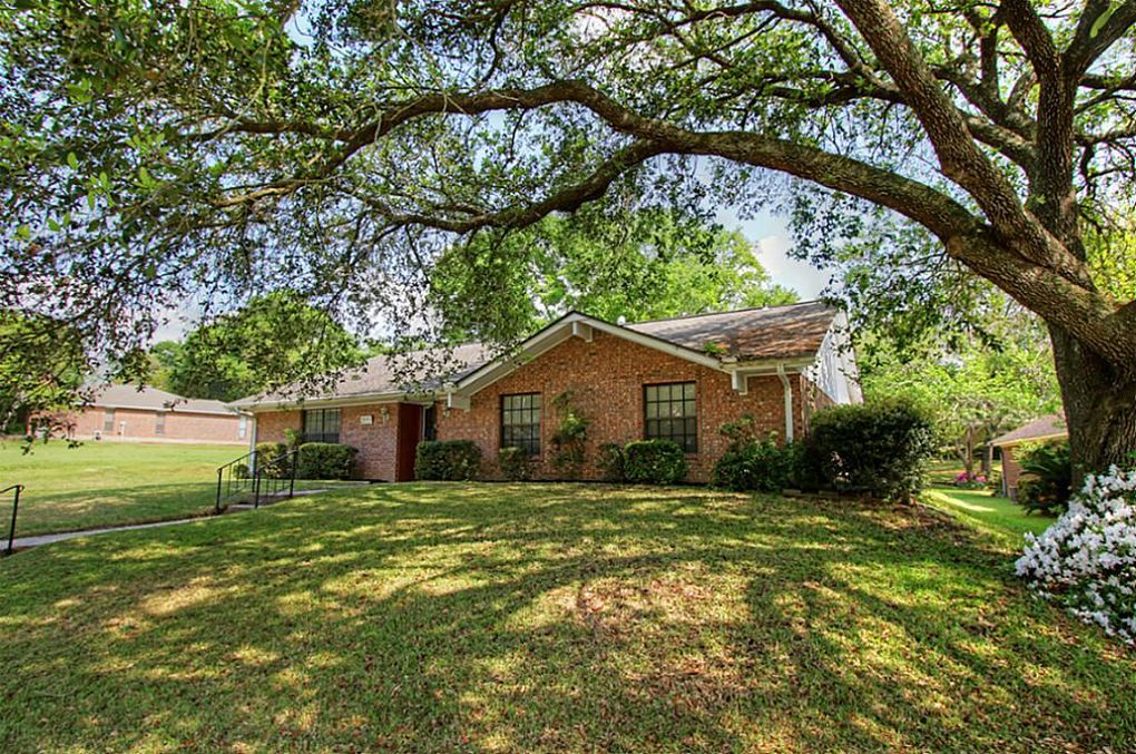 1449 Greenbriar Dr Huntsville, TX 77340