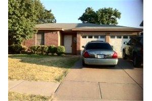 1704 Bayou Dr, Arlington, TX 76018