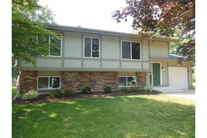 907 Camelot Dr, Crystal Lake, IL 60014