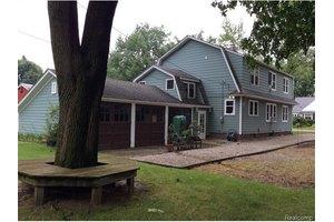1966 Lakeland Ave, Sylvan Lake, MI 48320