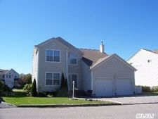 22 Spinnaker Ct, East Patchogue, NY 11772