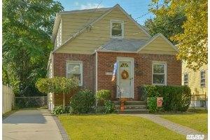 886 Milburn Ct, North Baldwin, NY 11510