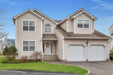 21 Spinnaker Ct, East Patchogue, NY 11772