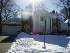 26 Woodland Pl, Great Neck, NY 11021