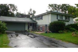 529 W Judd St, Woodstock, IL 60098