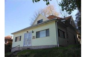 104 Highland St, Gassaway, WV 26624