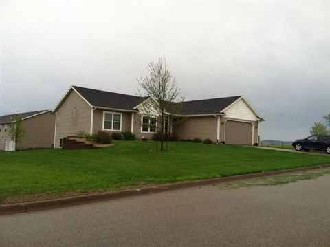 Photo of 820 Country Club Ct, Platteville, WI 53818