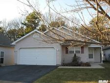 8 Greenbriar Ct, Middle Island, NY 11953