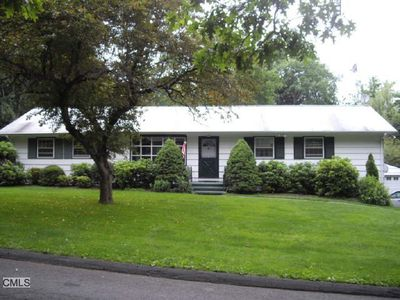 10 Appleblossom Ln, Newtown, CT