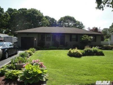 392 Boxwood Dr, Shirley, NY