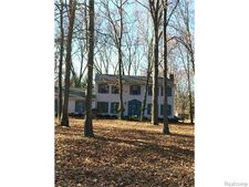 10712 Strawberry Hill Ln, Hamburg Township, MI 48189