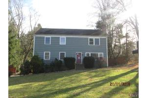 15 Greenbriar Ln, Newtown, CT 06470