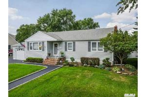 1526 9th St, West Babylon, NY 11704