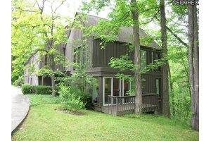 85 Farwood Dr, Moreland Hills, OH 44022